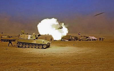 An Iraqi forces M109 self-propelled howitzer fires towards the village of Tall al-Tibah, some 30 km (18.5 miles) south of Mosul, on October 19, 2016, during an operation against Islamic State (IS) group jihadists to retake the city. (AFP PHOTO/AHMAD AL-RUBAYE)