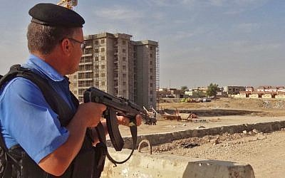 A member of the Iraqi police stands guard as security forces deploy in the southern Domiz neighborhood of Kirkuk on October 21, 2016, after jihadist gunmen attacked the city. (AFP/Marwan Ibrahim)