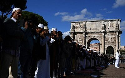 Muslim men pray near Rome's ancient Colosseum to protest against the closure of unofficial mosques, October 21, 2016 (AFP Photo/Gabriel Bouys)