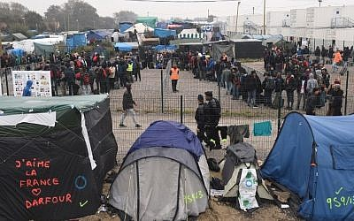 "Migrants line up for transportation by bus to reception centers across France, from the ""Jungle"" migrant camp in Calais, northern France, on October 24, 2016. (AFP PHOTO / FRANCOIS LO PRESTI)"