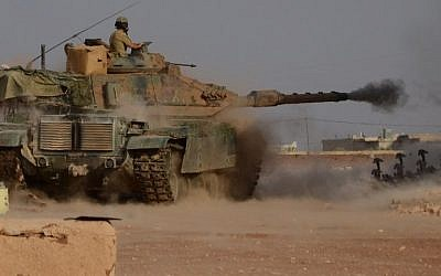 Turkish soldiers fire an upgraded M60 tank during fighting alongside members of the Free Syrian Army against IS jihadists near the northern Syrian village of Beraan on October 24, 2016. (AFP/Nazeer al-Khatib)