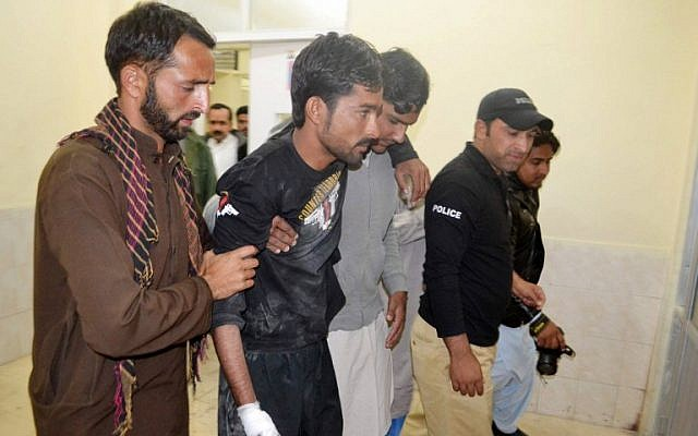 Police help an injured colleague into the hospital after militants attacked the Balochistan Police College in Quetta on October 25, 2016. (AFP/ BANARAS KHAN)