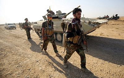 Shiite fighters advance toward the village of Salmani, south of Mosul, on October 30, 2016, during the ongoing battle against Islamic State group jihadists to liberate the city of Mosul. (AFP/AHMAD AL-RUBAYE)