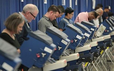Chicago residents cast ballots for the November 8 election at an early voting site on October 18, 2016 in Chicago, Illinois. (Scott Olson/Getty Images/AFP)