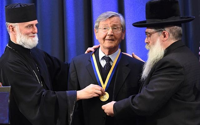 Bishop Borys Gudziak of the Ukrainian Catholic Church (L) and Ukraine Chief Rabbi Yaakov Dov Bleich (R) award Ivan Dzyuba the Metropolitan Andrey Sheptytsky Medal on behalf of the Ukrainian Jewish Encounter and the Jewish Confederation of Ukraine in Kiev, Ukraine on September 26, 2016. (Shahar Azran/WJC)