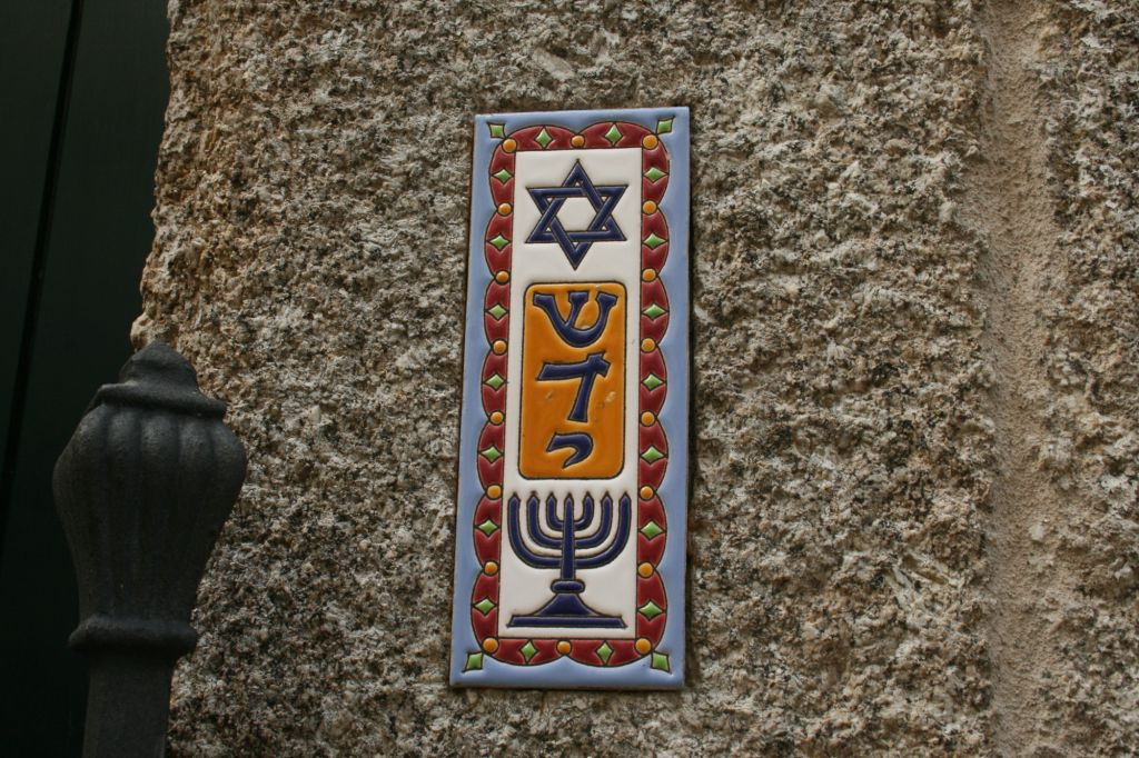 Mezuzah in Ribadavia, in a former synagogue that is now headquarters of the NGO World Templars. (flickr/u:Elentir)