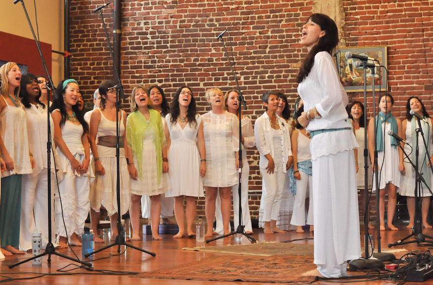 Maggie Wheeler leading the non-auditioned choir in 2013. (Courtesy of Wheeler/JTA)