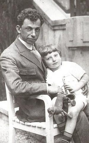 David Bergelson with his son, Lev. (Wikimedia commons/Elisheva Kitrossky)
