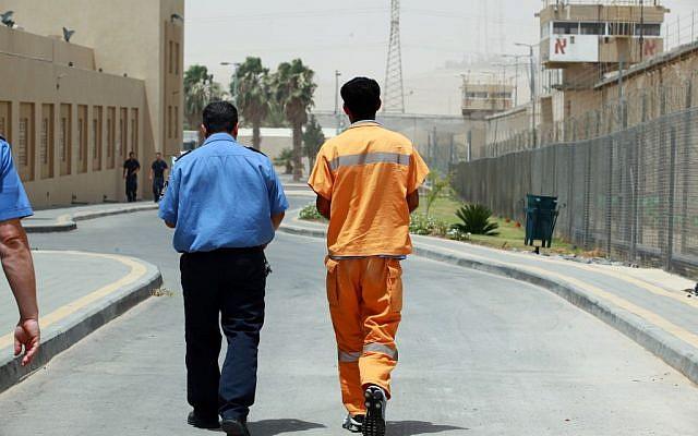 Inmates walking at the Eshel prison in Beersheba, June 22 2010. (Moshe Shai/Flash90)