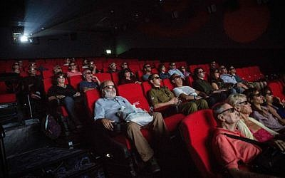 Watching a 4D movie at Jerusalem's YES Planet theater; 3D and 4D films are NIS 14 while regular movies are NIS 10 on Movie Time day, October 27, 2016 (Courtesy Hadash Parush/Flash 90)