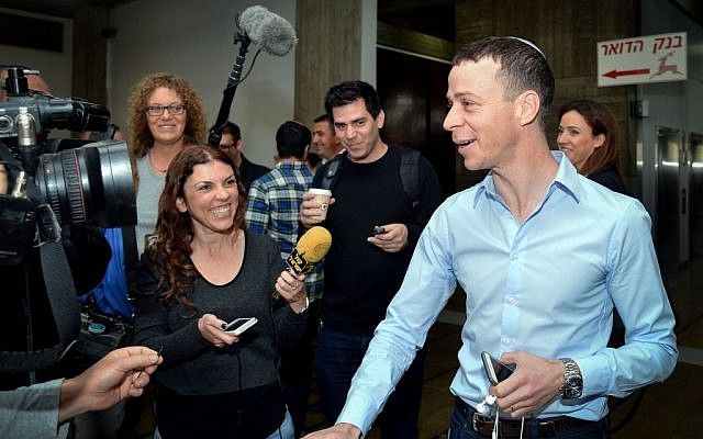 Channel 2 News reporter Amit Segal arrives at the Tel Aviv Magistrate's Court for a hearing on a libel lawsuit filed against him by Likud MK Oren Hazan, March 6, 2016. (Flash90)