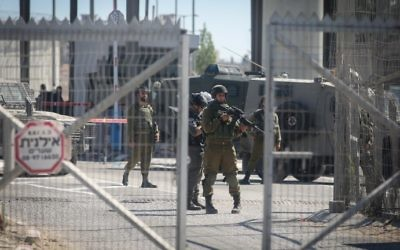 Israeli security forces guard at the Qalandiya Checkpoint near Ramallah on July 26, 2016. (Flash90)
