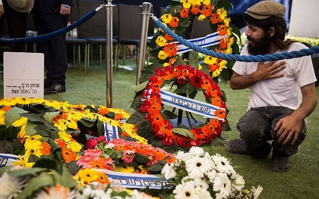A man mourns at the grave of former President Shimon Peres after his state funeral at Mount Herzl Cemetery in Jerusalem, on September 30, 2016. (Hadas Parush/Flash90)
