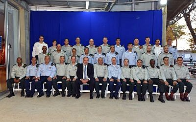 Defense Minister Avigdor Liberman and IDF Chief of Staff Gadi Eisenkot pose for a group picture at a ceremony for outstanding IDF officers on October 6, 2016 (Ariel Hermoni/Defense Ministry)