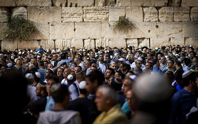 Jewish men praying at the Western Wall in the Old City of Jerusalem on October 6, 2016(Sebi Berens/Flash90)