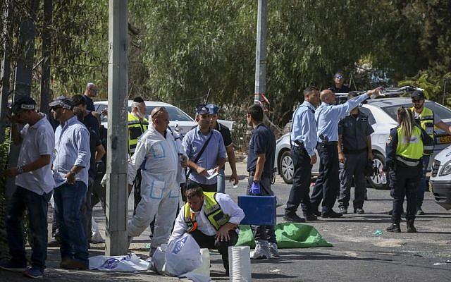 Israeli security at a scene of a terror attack in the East Jerusalem neighborhood of Sheikh Jarrah on October 9, 2016. (Shlomi Cohen/Flash90)