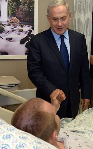 Prime Minister Benjamin Netanyahu meets with police officers injured in a Jerusalem shooting attack at Hadassah Ein Kerem Hospital on October 10, 2016 (Haim Zach/GPO)