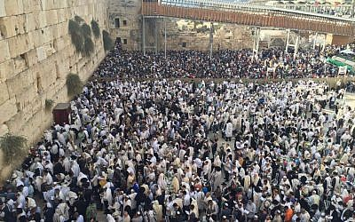 Thousands of Jewish worshipers gather at the Western Wall for the Priestly Blessing on Wednesday, October 19, 2016 (Israel Police)