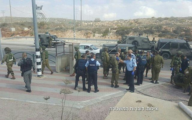 Police at the site of a stabbing attempt at the Tapuah Junction in the West Bank. October 19, 2016 (Israel Police)