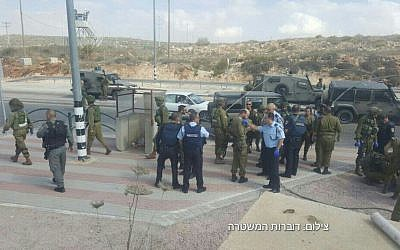 Israeli security forces at the scene of an alleged attempted stabbing incident at the Tapuah Junction in the West Bank, on Wednesday, October 19, 2016 (Israel Police)