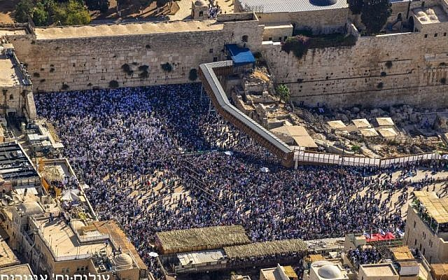 Photos of the Sukkot holiday priestly blessing at the Western Wall, taken from a police helicopter on October 19, 2016 (Police spokesperson)