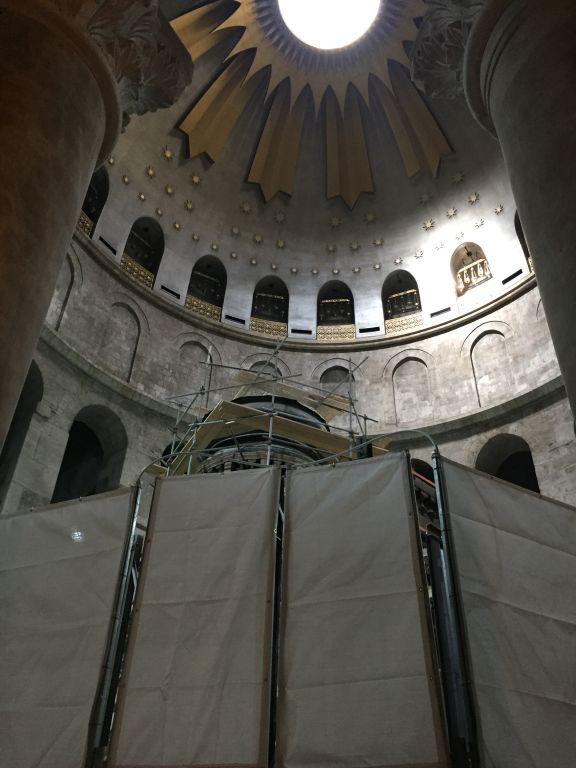 Temporary protective walls during restoration work surround the Edicule, which houses Jesus's tomb, at the Church of the Holy Sepulchre in Jerusalem, October 28, 2016 (ToI staff)