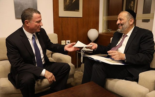 Shas party leader and Interior Minister Aryeh Deri, right, presents his letter of resignation from the Knesset to Knesset Speaker MK Yuli Edelstein, October 31, 2016. (Knesset spokesperson)