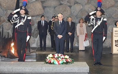 Italian President Sergio Mattarella pays his respects at the Yad Vashem Holocaust Museum in Jerusalem on October 30, 2016 (Yad Vashem/Twitter)