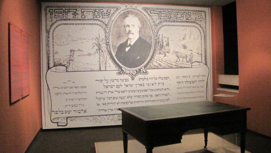 Lord Balfour's writing desk, at Beit Hatfutsot, the Museum of the Jewish People, Tel Aviv (Ziko/Wikipedia)