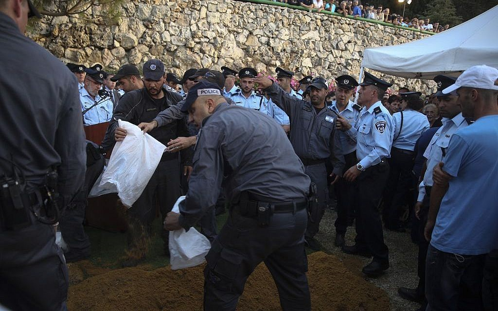 Hundreds mourn at the funeral of police first sergeant Yosef Kirma, 29 who was killed earlier today in a terror attack, on Mount Herzl in Jerusalem October 9, 2016. (Hadas Parush/FLASH90)