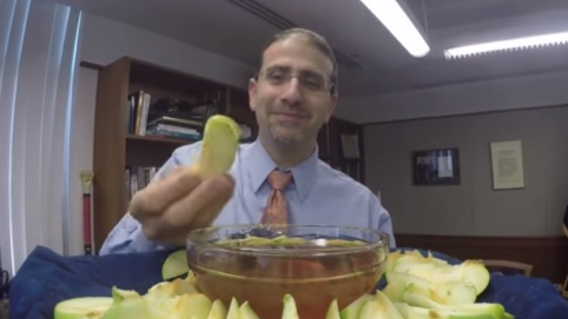 US Ambassador to Israel Dan Shapiro dips an apple in honey this past October as he wishes the Jewish community a happy Rosh Hashanah (YouTube screenshot)