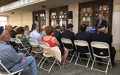 Joe Lieberman speaking to Jewish voters on behalf of Hillary Clinton at The Shul in Surfside, Fla., Oct. 20, 2016. (Courtesy of the Hillary Clinton campaign)