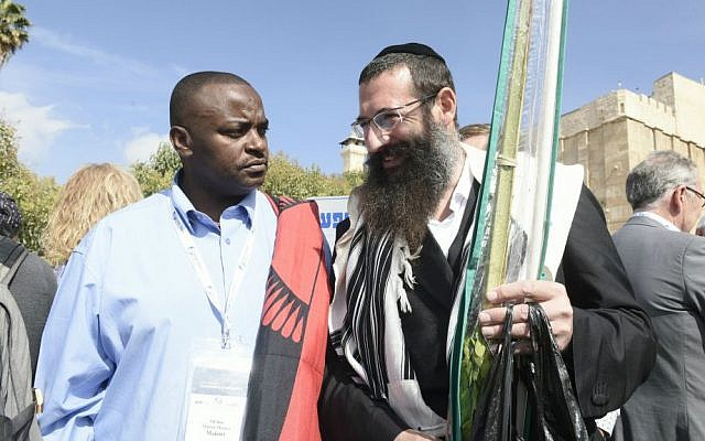 Malani Mtanga, an MP from Malawi, speaks with an Orthodox Jewish man in Hebron, October 19, 2016. (Avi Hayun)