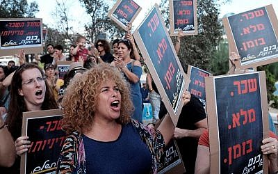 Israeli teachers protest in front of the Education Ministry in Tel Aviv on October 19, 2016, as they demand better pay and working conditions. (Tomer Neuberg/Flash90)