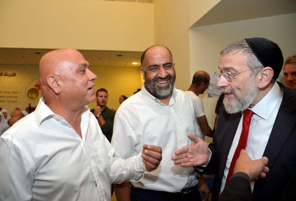 Rabbi Michael Melchior (right) and Meretz MK Issawi Frej (left) meet at event commemorating the 1956 Kafr Kassem massacre on October 30, 2016 (Yossi Zeliger)