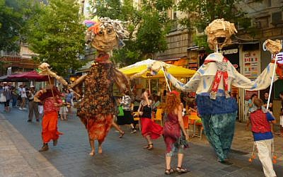 Giant puppets are one of the cultural events sponsored by the municipality and partners at pop-up events taking place around Jerusalem in November and December 2016 (Courtesy JLM i-team)