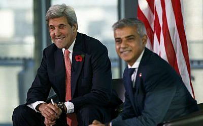 US Secretary of State John Kerry, left, and London Mayor Sadiq Khan, right, attend an event at City Hall in London on October 31, 2016. (Peter Nicholls/Pool/AFP)