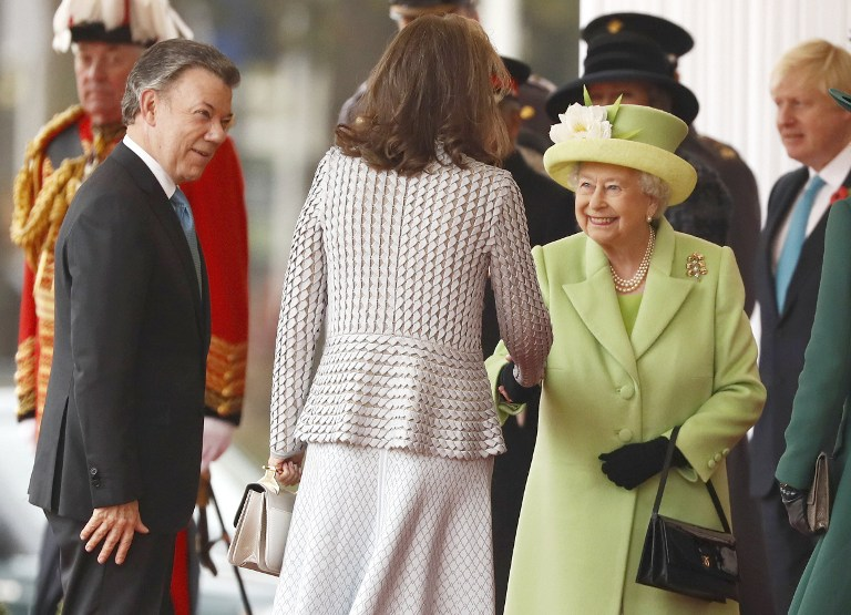 Britain's Queen Elizabeth II (R) greets first lady of Colombia Maria Clemencia de Santos as Colombia's President Juan Manuel Santos looks on during a ceremonial welcome at Horse Guards Parade in central London on November 1, 2016. (AFP PHOTO / POOL / STEFAN WERMUTH)