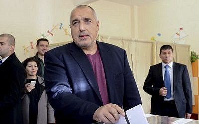 Bulgarian Prime Minister Boyko Borisov casts his vote at a polling station during the presidential elections in Sofia, November 6, 2016. (AFP/Julia Lazarova)