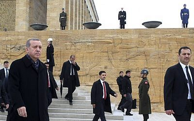 Turkish President Recep Tayyip Erdogan, left, attends a ceremony marking the 78th anniversary of the death of founder of the Republic of Turkey Mustafa Kemal Ataturk, at the mausoleum of Anitkabir in Ankara, on November 10, 2016. (AFP/ADEM ALTAN)
