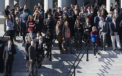 White House staffers stand on the steps of the Eisenhower Executive Office Building as they await the arrival of US President-elect Donald Trump for a meeting with US President Barack Obama at the White House in Washington, DC, November 10, 2016. (AFP PHOTO/SAUL LOEB)
