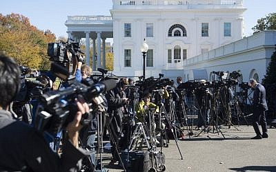 Members of the press await the arrival of US President-elect Donald Trump for a meeting with US President Barack Obama at the White House in Washington, DC, November 10, 2016. (AFP PHOTO / SAUL LOEB)