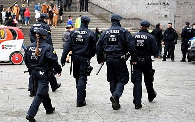 Police in Cologne on November 11, 2016. (illustrative photo: AFP/PATRIK STOLLARZ)