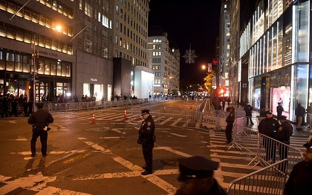 Police officers stand at barricades blocking Fifth Avenue near Trump Tower in New York on November 11, 2016. / AFP PHOTO / Bryan R. Smith