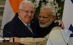 President Reuven Rivlin, left, and Indian Prime Minister Narendra Modi hug each other after a joint media briefing in New Delhi on November 15, 2016. AFP/MONEY SHARMA)