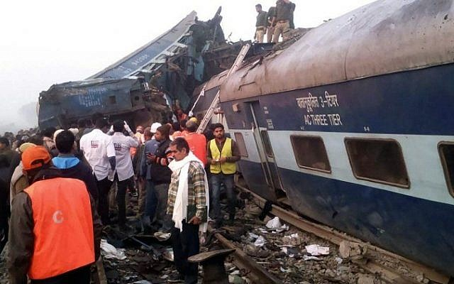 Indian rescue workers search for survivors in the wreckage of a train that derailed near Pukhrayan in Kanpur district on November 20, 2016. (AFP PHOTO)