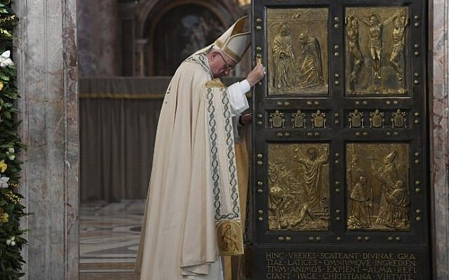 Pope Francis closes the Holy Door at St Peter's basilica to mark the end of the Jubilee of Mercy, on November 20, 2016 in Vatican. (AFP/AFP Pool/Tiziana Fabi)