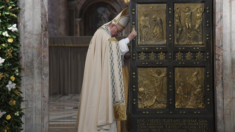 Pope Francis closes the Holy Door at St Peter\u0027s basilica to mark the end of the & Pope closes door on rare \u0027Year of Mercy\u0027 jubilee | The Times of Israel
