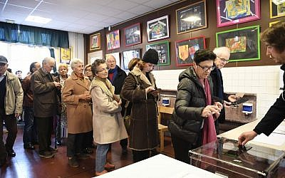 During the first round of the right-wing primaries ahead of the 2017 presidential election, people vote at a polling station in Paris, November 20, 2016. (AFP/Eric FEFERBERG)