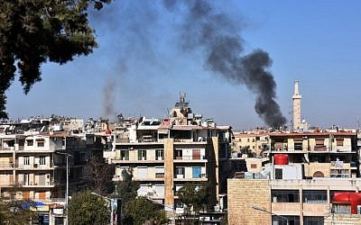 Smoke billows in the government-held side of west Aleppo, on November 20, 2016, following reported rocket fire by the opposition forces that hold the eastern part of the city. (AFP PHOTO/GEORGE OURFALIAN)